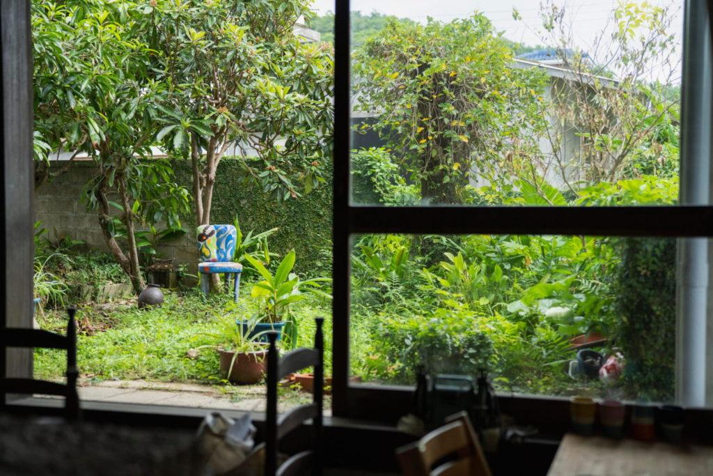 庭と陶器椅子